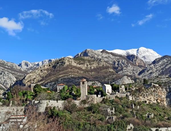 Заснеженная вершина горы Румии над Старым Баром