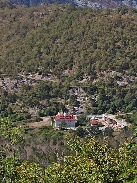 Вид на монастырь со склона Румии