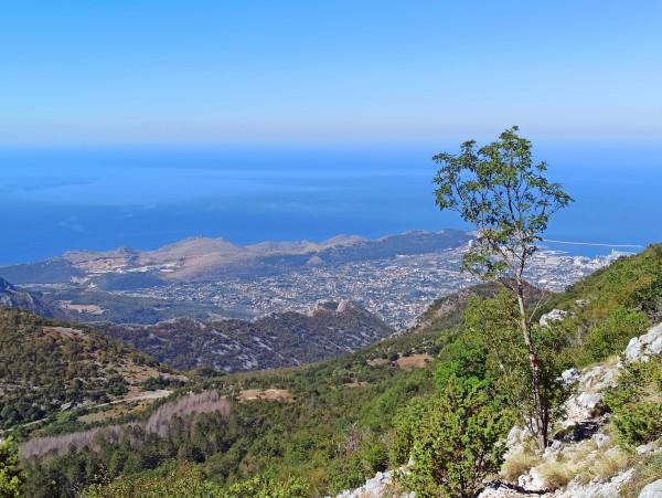 Вид на море и город Бар со склона Румии