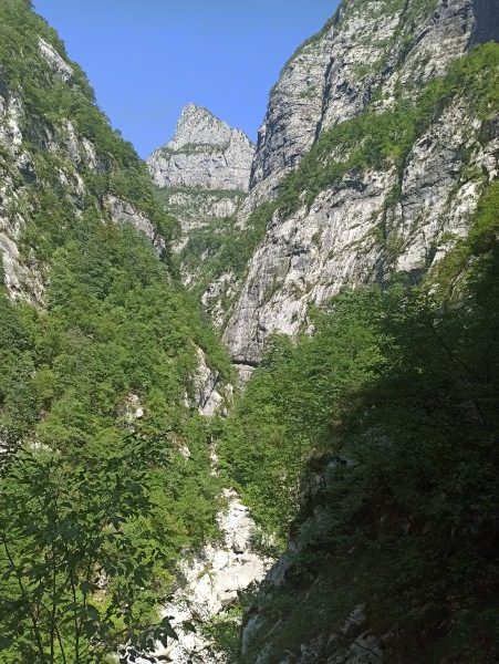 Вид издалека на галерею в каньоне Мртвицы